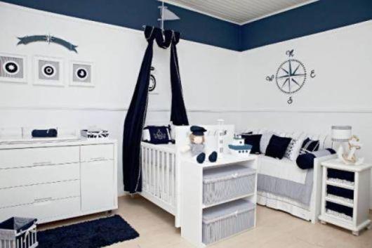 quarto de bebê marinheiro com móveis de corte reto