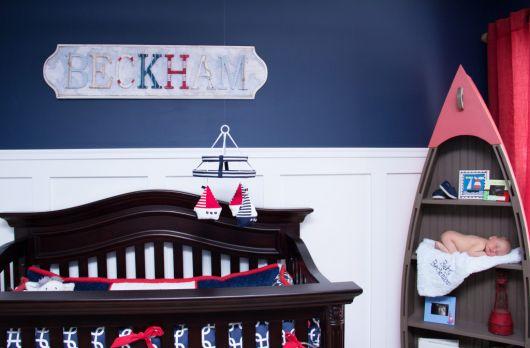 quarto de bebê marinheiro com parede azul e branca