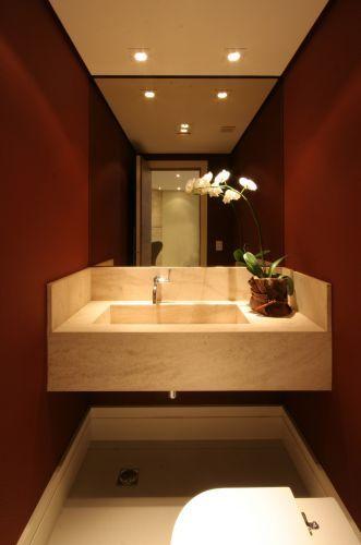Foto de uma pia de banheiro com um espelho e um rodapé de gesso simples instalado nas três paredes abaixo dela.
