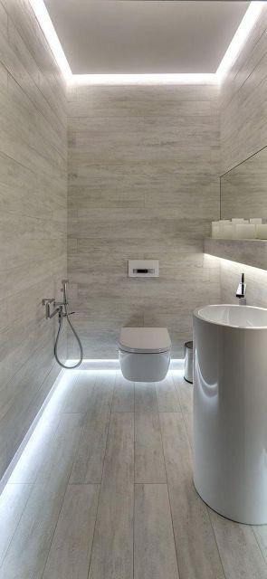 Rodapé de gesso instalado na parte inferior e superior de um banheiro com um foco forte de iluminação.
