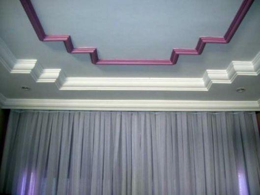 Rodapé de teto repleto de detalhes como diferentes camadas e cores.