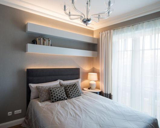 Rodapé de gesso para teto simples em um quarto pequeno.