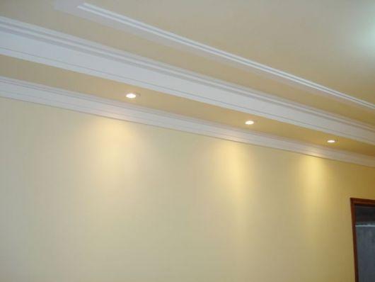 Rodapé de gesso para teto com várias camadas e iluminação instalada na parte mais baixa.