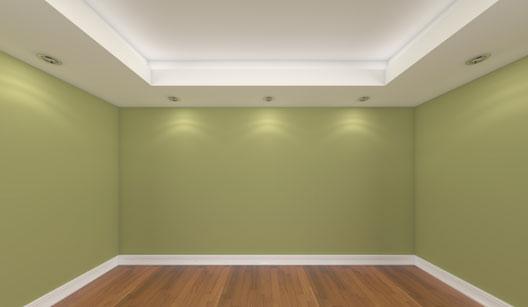 Rodapé de gesso para teto grande com lâmpadas instaladas ao longo de toda a sua extensão, que cobre as quatro paredes do ambiente.