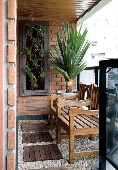 decoração com cadeiras de madeira