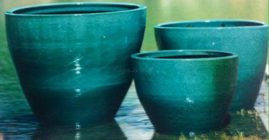 Vaso de cerâmica azul.