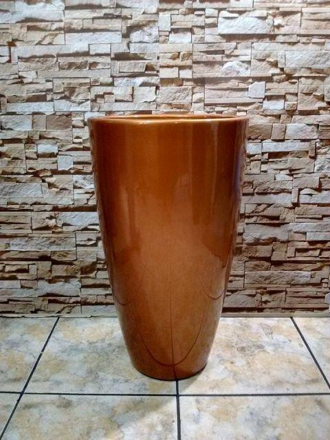 Vaso de cerâmica marrom.