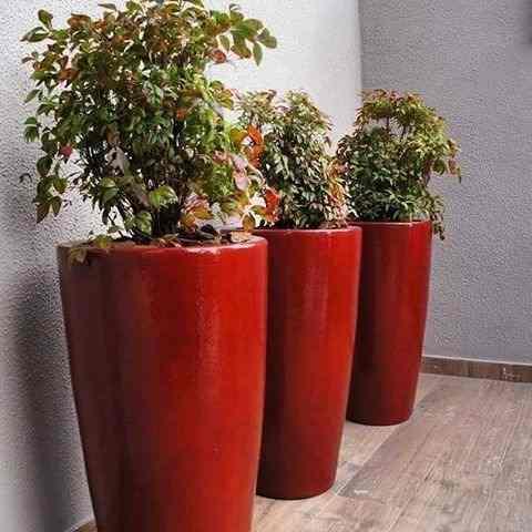 Vaso de cerâmica vermelho.