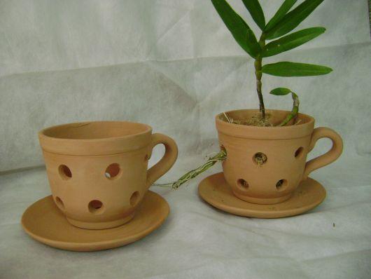 Vaso de cerâmica em formato de xícara para orquídea.