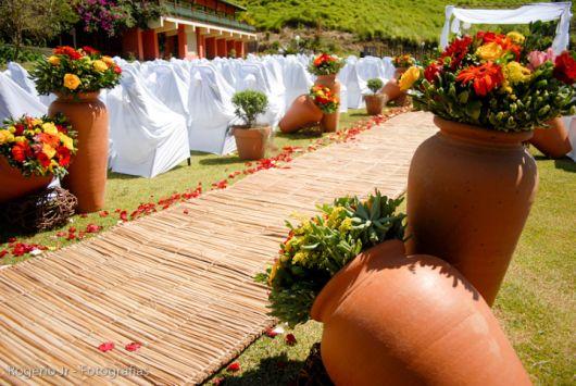 Jardim com diversos vasos de cerâmica.