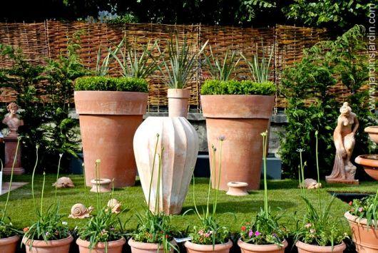 Vasos de cerâmica no jardim.