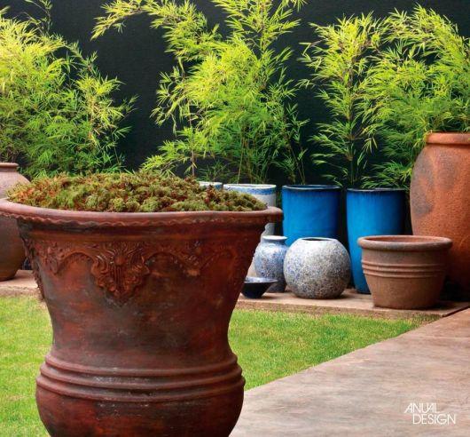 Vaso de cerâmica grande no jardim.