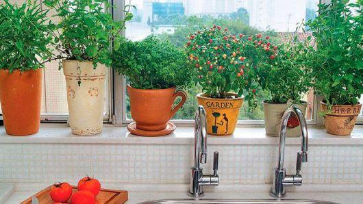 Vaso de cerâmica na janela da cozinha.