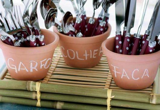 Vaso de cerâmica como porta-talher.