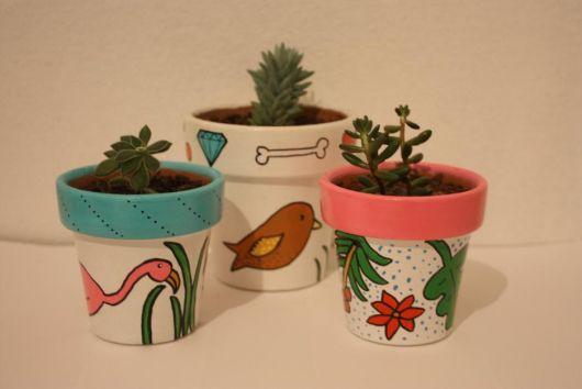 Vasinhos de cerâmica pequenos.