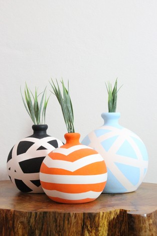 Vasos de cerâmica com estampas coloridas.