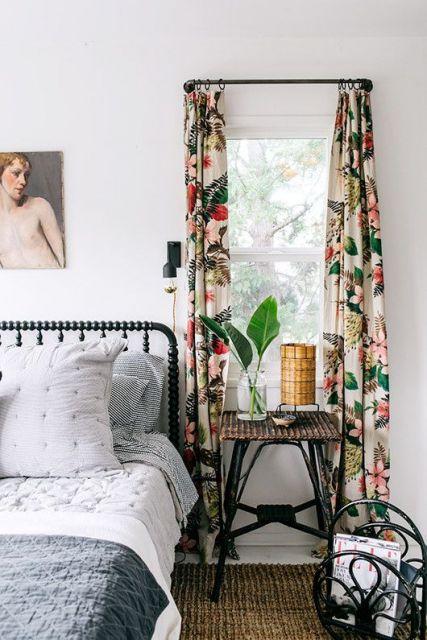 Quarto de casal com parede branca e cortina floral.