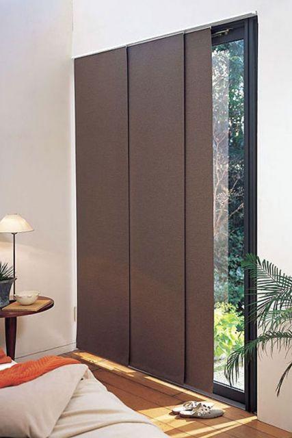Janela com cortina marrom.