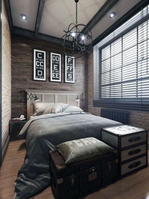 Quarto com persiana preta e parede de madeira.