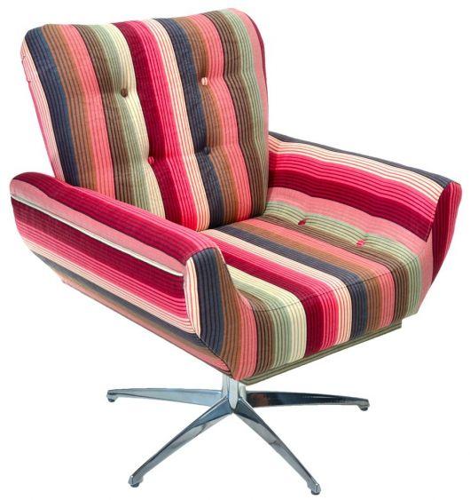 Poltrona decorativa listrada nas cores vermelho, verde, azul e rosa com pé de metal, modelo giratória.
