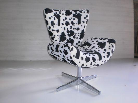 Poltrona estampada nas cores branca com preto, com pé giratório em metal.