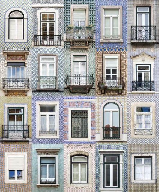 Foto que contempla diversas varandas em quarto andares, uma ao lado da outra. A maioria delas é revestida com azulejos portugueses.