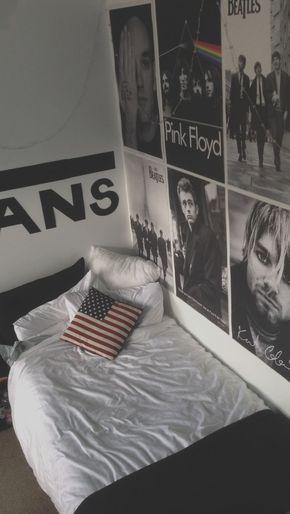 Cama de um quarto com seis posteres na parede ao lado dela, com bandas como Pink FLoyd, Nirvana e The Beatles.