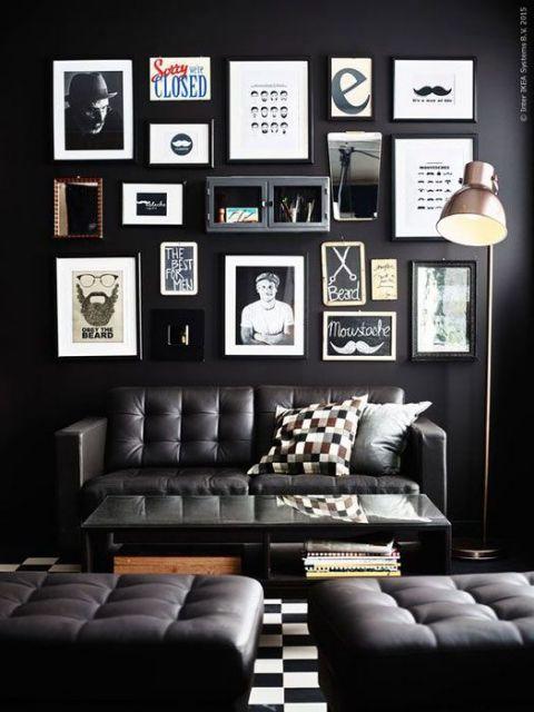 Sala de estar baseada em tons escuros com uma parede repleta de quadros relacionados ao mundo do rock.