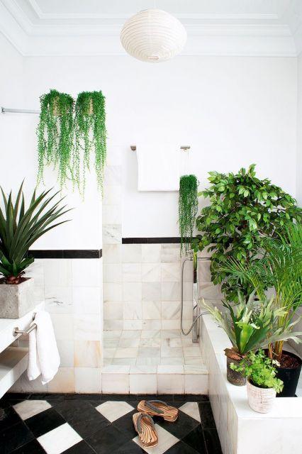 decoração com plantas com vasos grandes no banheiro