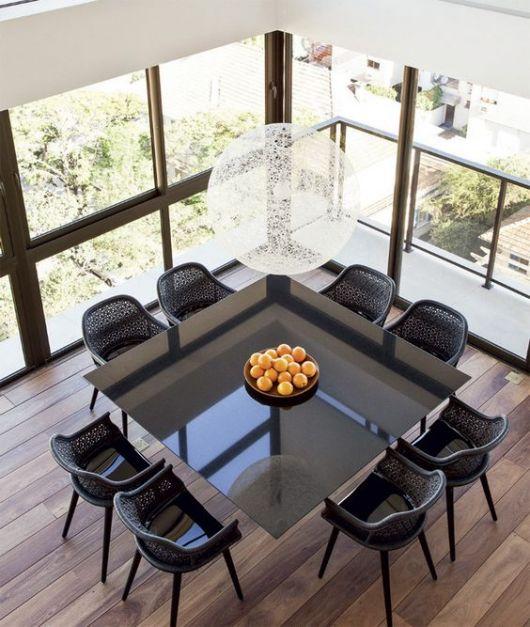 Mesa de jantar preta quadrada.