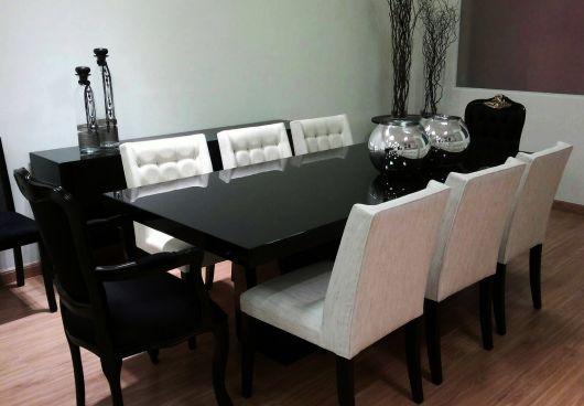 Mesa de jantar preta com vidro.