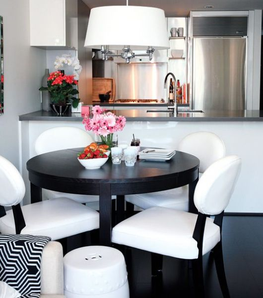 Mesa de jantar preta pequena.