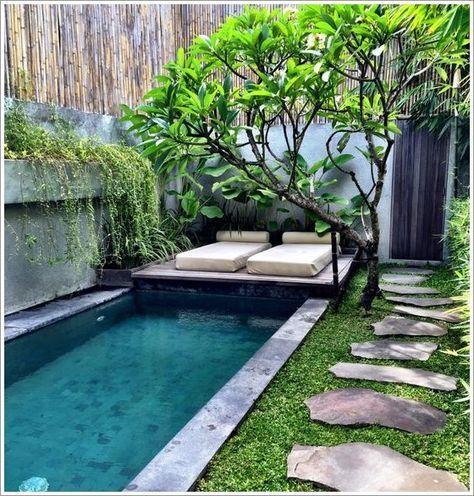 Móveis para jardim com piscina.