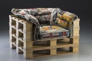 Poltrona feita a partir de diversos pallets empilhados e um acolchoado muito confortável na área onde sentamos.