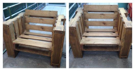 Duas fotos da poltrona de pallet finalizada, apenas com as madeiras sem nenhum tipo de revestimento.