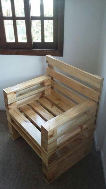 Poltrona de pallet simples apernas com as madeiras sem nenhum tipo de revestimento.