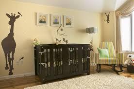quarto de bebê unissex com detalhes amarelos