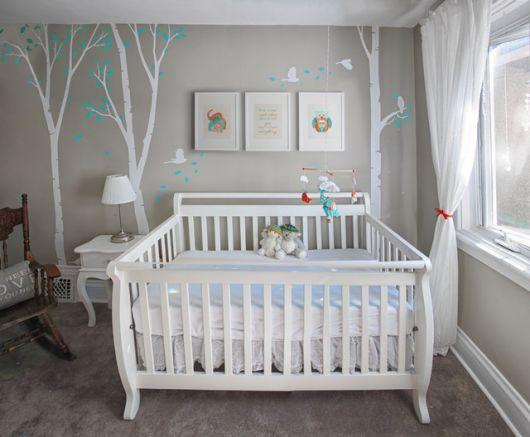 quarto de bebê unissex com parede cinza