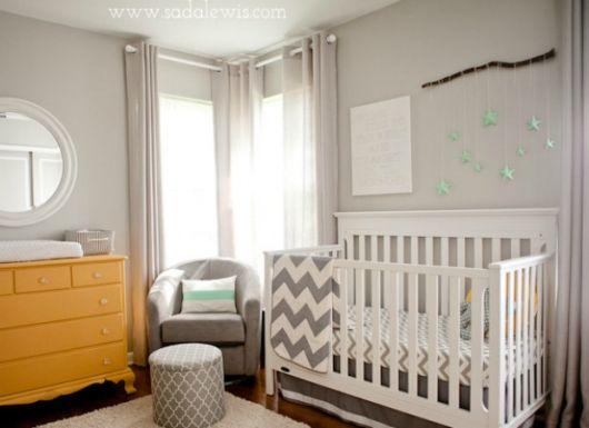 quarto de bebê unissex com berço branco e parede cinza