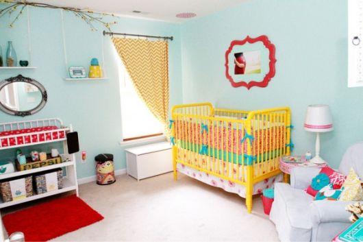 quarto de bebê unissex com berço amarelo