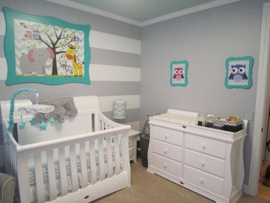quarto de bebê unissex com móveis brancos
