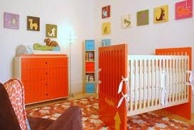 quarto de bebê unissex com móveis na cor laranja