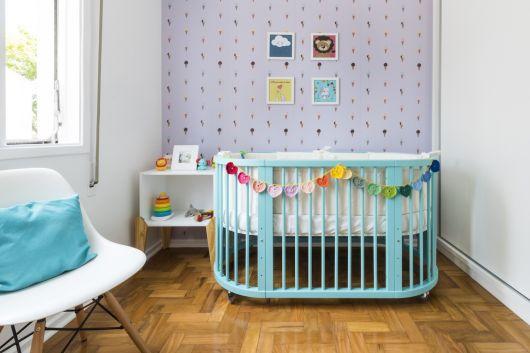 quarto de bebê unissex com parede colorida