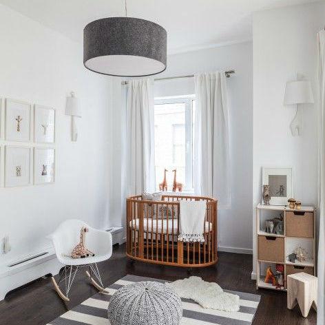 quarto de bebê unissex com parede branca