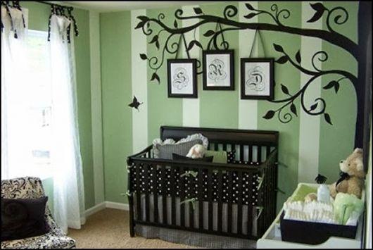 quarto de bebê unissex com berço escuro
