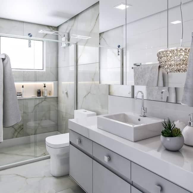 Banheiro claro e moderno com plafon de embutir