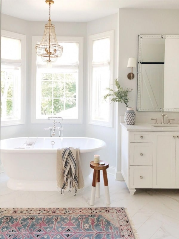 Banheiro clean clássico com lustre de cristais