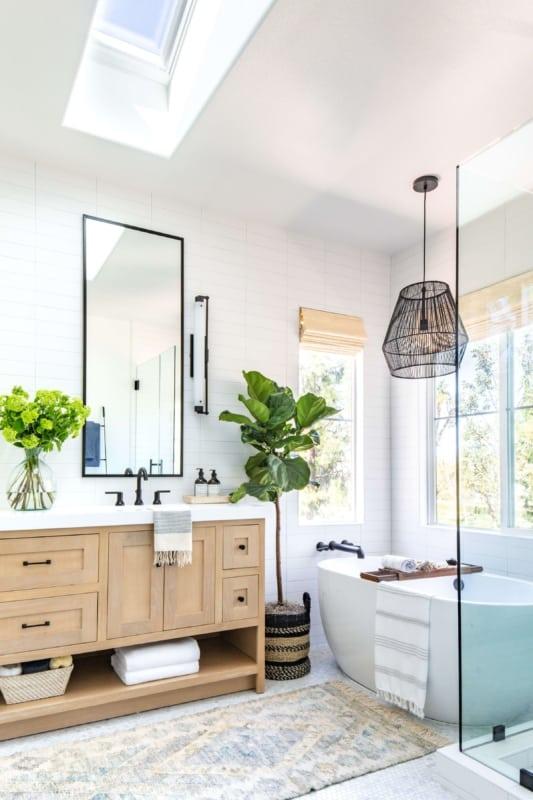 Banheiro com banheira e luminária pendente preta