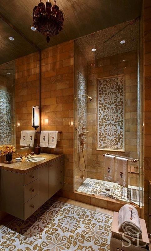 Banheiro com decoração e luminária marroquina