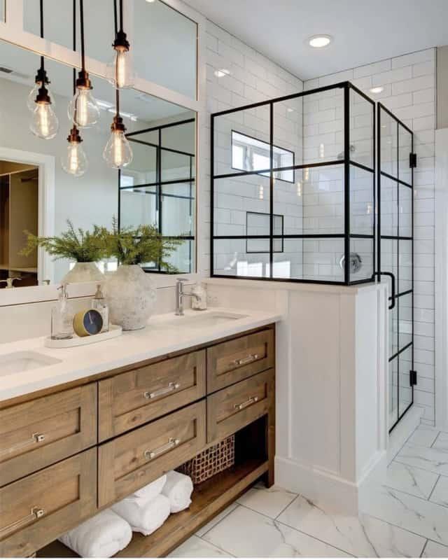 Banheiro com lampadas de filamento pendentes